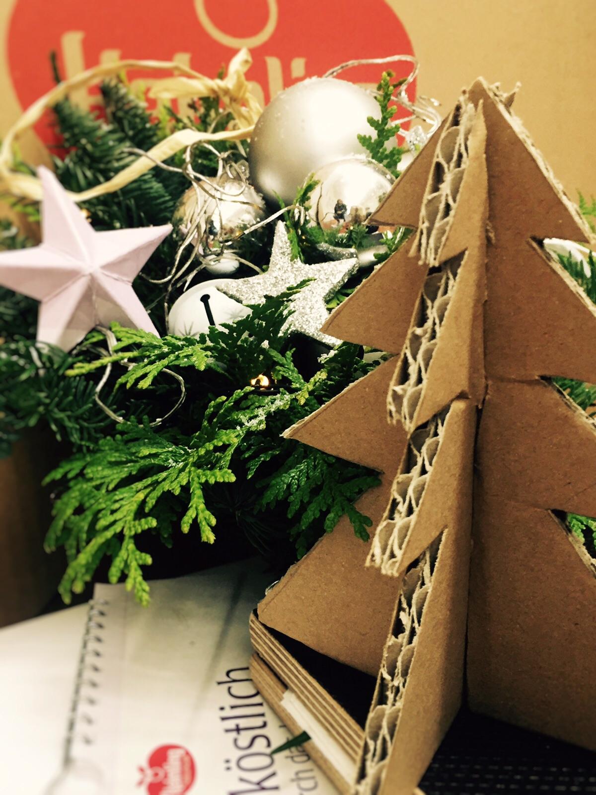 Tannenbäume aus Kartons