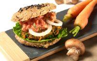 Roh-vegane Burger-Brötchen mit Sesam