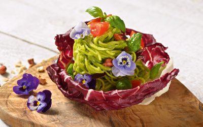 Zucchini-Nudeln mit essbaren Blüten