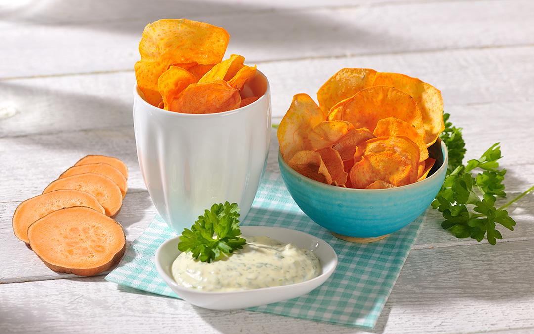 Süßkartoffel-Chips mit Kräuter-Dip