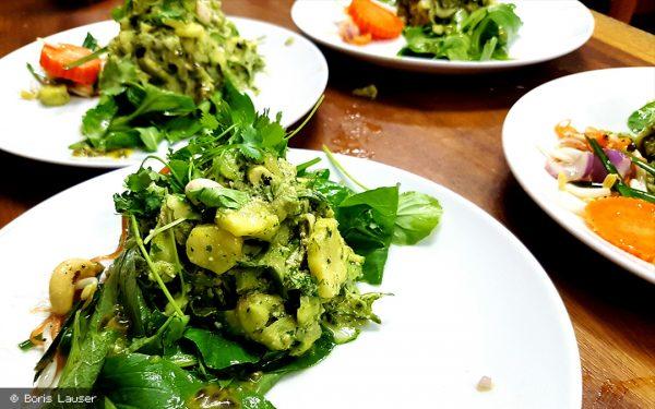 Grün auf Grün: Zucchini in Thai Basilikum Pesto auf Wildkräutern in Passionsfrucht Vinaigrette von Boris Lauser