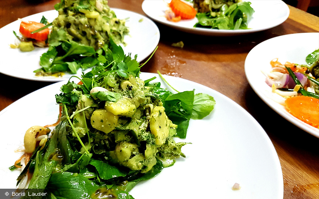 zucchini in thai basilikum pesto auf wildkr utern in. Black Bedroom Furniture Sets. Home Design Ideas