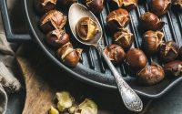 Heiße Maronen Esskastanien Snack im Herbst