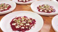 Rote Beete Carpaccio mit fermentiertem Meerrettich und karamellisierten Haselnüssen
