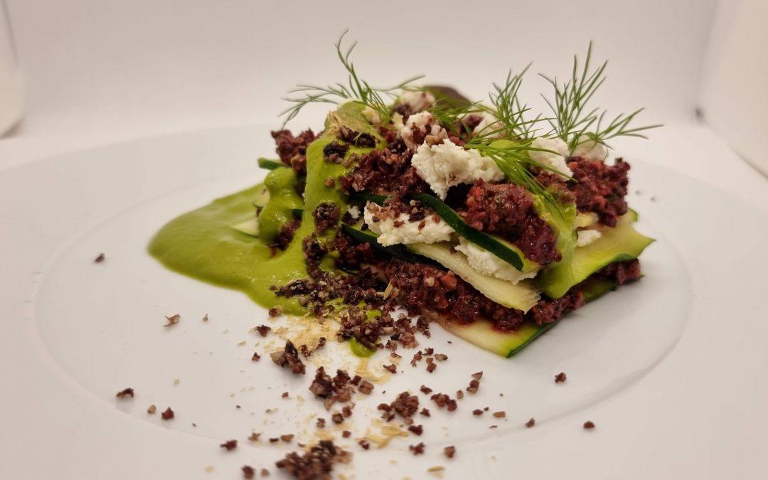 Rote Beete Zucchini Ricotta Torte an Grüner Soße